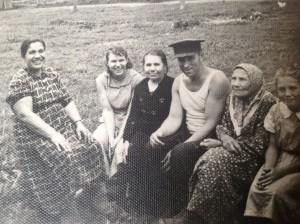 Дядя Ваня и тетя Лёля (крайняя справа) с соседками из деревни Загорье