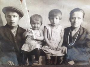 Начало 1930-х годов. Дедушка Игнатий, бабушка Лена и их дочери: Нина, старшая, и Лида.
